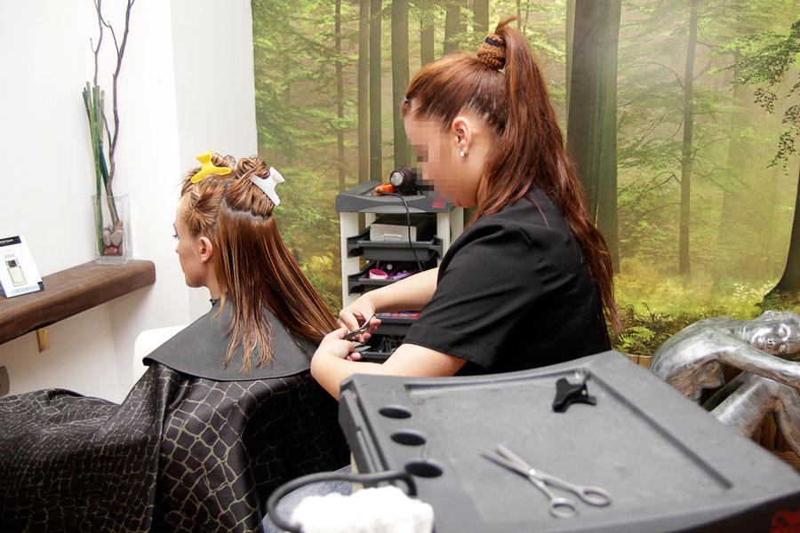 Un alumna, diurante sus prácticas en una peluquería.