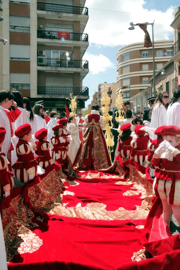 La Reina de l'Encontre, Amparo García, enfila el carrer Frare Lluís Amigó.
