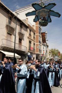 Les germandats desfilen passen per baix de la carxofa, un dels símbols del Diumenge de Resurrecció a Torrent.