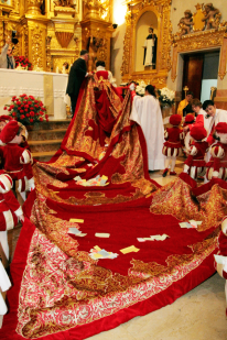 La Reina de l'Encontre, Amparo García, es prepara per a la missa de Resurrecció.
