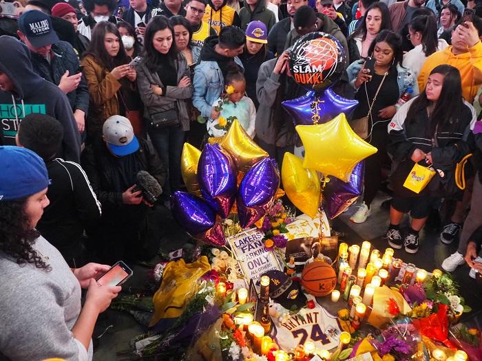 Homenatge amb ciris i globus al jugador mort.
